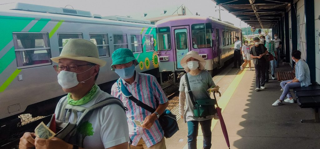 passengers at Hojomachi station